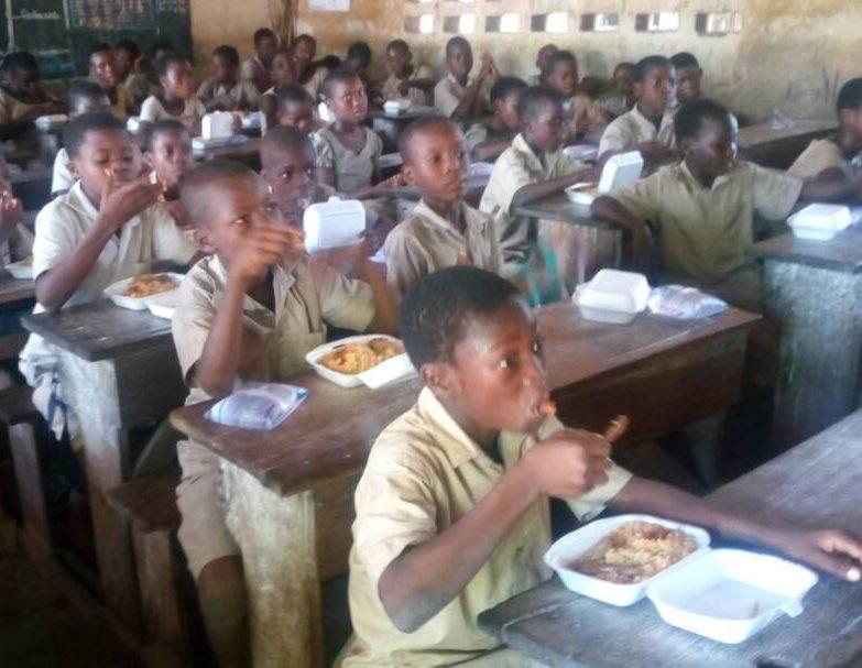 Distribution de déjeuner à l'EPP Bè-Aklassou (Lomé)