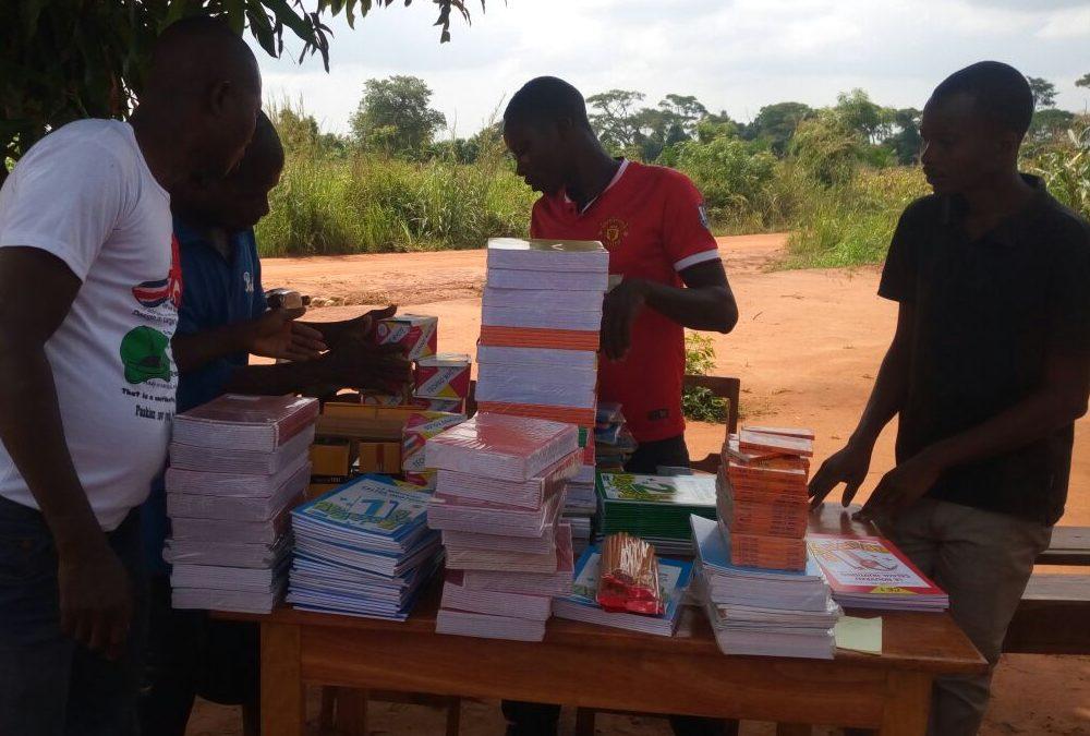 Distribution de cahiers pour la rentrée scolaire à l'EPP Badjénopé (Préfecture de Vo)